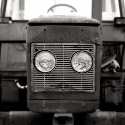 Traktor í Flatey svart/hvítt
